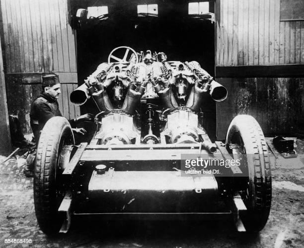 Ein Militärfahrzeug mit offenen Gewehren Originalaufnahme im Archiv von ullstein bild