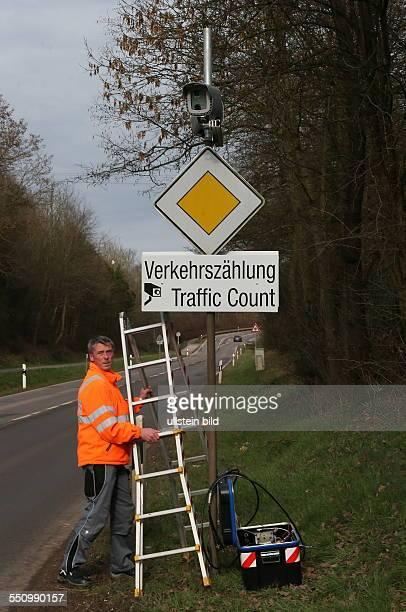 Ein Mitarbeiter der Firma Siemens baut auf der Landstraße L 136 zwischen Völklingen und Püttlingen eine Anlage zur Verkehrszählung ab Die...