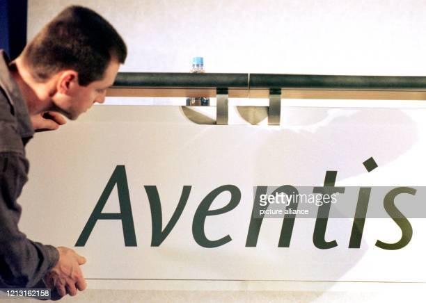 Ein Mitarbeiter der Hoechst AG Frankfurt/M installiert am 1.12.1998 im Kongreßpalast von Straßburg an einem Tisch ein Schild mit dem Schriftzug...