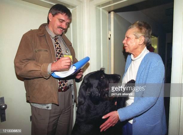 """Ein Mitarbeiter der Spezial-Firma """"Springer Kontrolle"""" steht am in Elmshorn vor der Tür von Christiane Möller und ihrem Riesen- schnauzer Emo. Der..."""