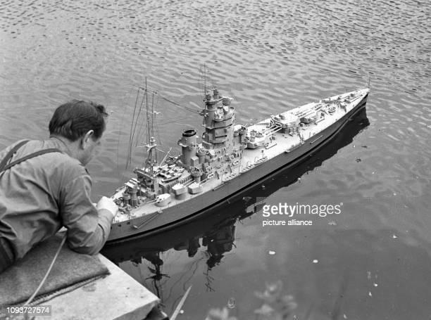 Ein Mitglied der GST nimmt letzte Handgriffe an seinem Schiffsmodell vor, aufgenommen im Jahre 1971 im ostthüringischen Greiz beim Bezirkswettkampf...