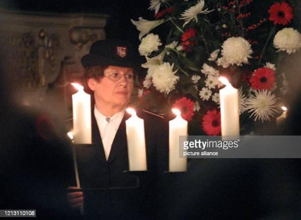 Ein Mitglied der Heilsarmee zündet zu Beginn der Trauerfeier für die Opfer der Bremer Gasexplosion am im Bremer St.-Petri-Dom die Kerzen an. Die...