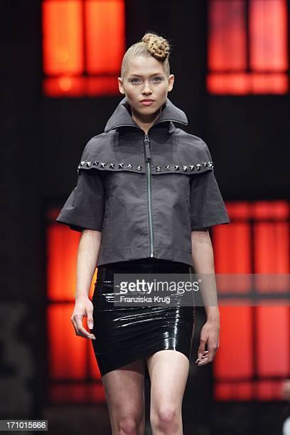 Ein Model Bei Der Joop Jeans Modenschau Bei Der Mercedes Benz Fashionweek 2008 Im Kubus In Berlin