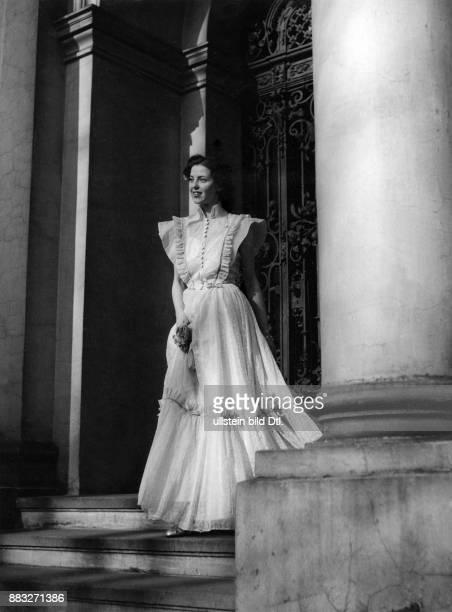 Ein Model in einem eleganten Tanzkleid aus gemusterten Organdy Sonja Georgi Originalaufnahme im Archiv von ullstein bild