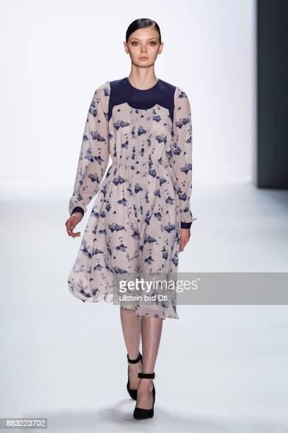 Ein Model läuft auf dem Runway bei der Chien University Show während der Mercedes-Benz Fashion Week Berlin Herbst/Winter 2016 am Brandenburger Tor am...