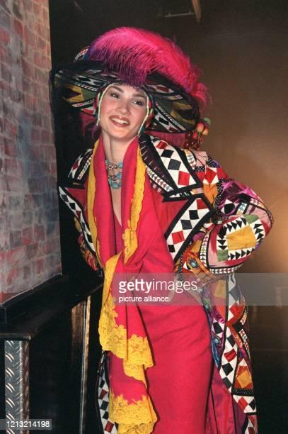"""Ein Model präsentiert am 16.9.1998 in München die neue Kollektion """"Sportswear A La Dior!"""" des Modeschöpfers John Galliano. Die Kostüme der aktuellen..."""