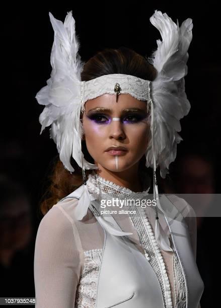 """Ein Model tritt bei der Make-Up-Show """"Maybelline New York hot trends Xhibition"""" im Rahmen der Berliner Modewoche am in Berlin auf. - Recrop Foto:..."""