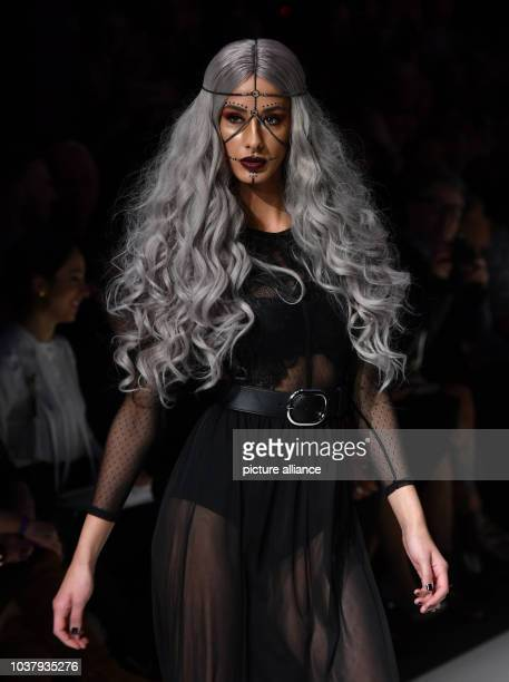 """Ein Model tritt bei der Make-Up-Show """"Maybelline New York hot trends Xhibition"""" im Rahmen der Berliner Modewoche am in Berlin auf. Foto: Jens..."""