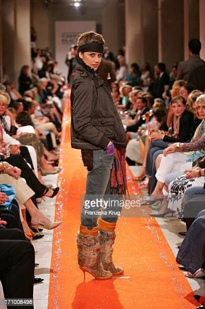 Ein Model Während Der Gabriele Blachnik Modenschau Der Herbst Winter 2005/2006 Kollektion In Der Kassenhalle Des Herkulessaals Der Residenz In...