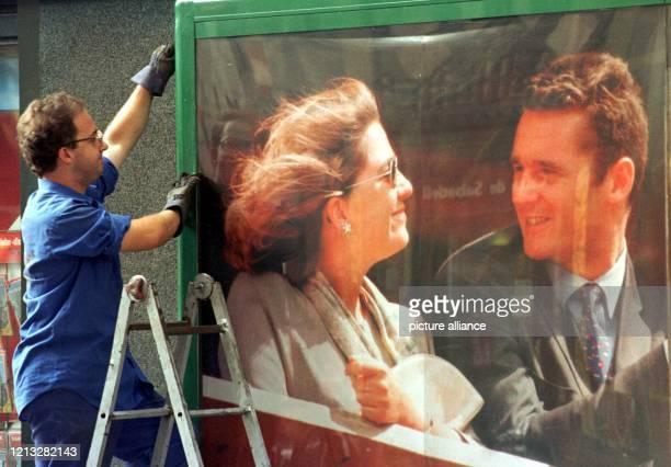 Ein Monteur fixiert am 2.10.1997 eine Schautafel, hinter der ein Poster mit Prinzessin Cristina von Spanien und ihrem zukünftigen Ehemann Inaki...