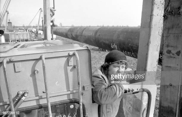 Ein Monteur vom VEB Industriemontage der DDR am Fluss Dnestr in der UdSSR im Abschnitt im ukrainischen Gebiet bei Iwano - Frankowsk - beim Bau der...