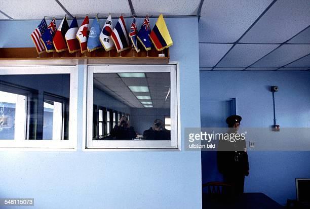 ein nordkoreanischer Soldat bewacht die Tür nach Südkorea im Verhandlungsraum der Waffenstillstandskommission