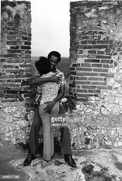 Ein Paar schmust auf der Festung in Santiago de Cuba Aufgenommen im Herbst 1981