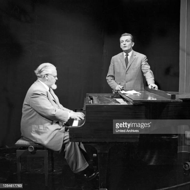 """Ein Pianist begleitet einen Sänger bei der NDR Musiksendung """"Musik für Millionen"""", Deutschland 1960er Jahre."""