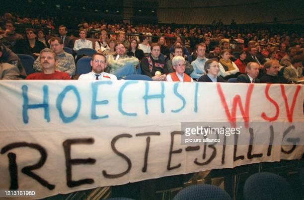 """Ein Plakat mit der kritischen Aufschrift """"Hoechst WSV - Reste Billig """" haben Angestellte der Hoechst AG am 2.12.1998 mit in die Jahrhunderthalle in..."""