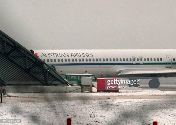 Ein Polizeiauto steht am 711997 auf dem Sicherheitsbereich des Flughafens BerlinTegel vor einem österreichischen Verkehrsflugzeug der Gesellschaft...