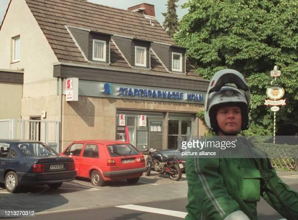 Ein Polizist steht am 2571997 nach dem Ende einer Geiselnahme vor einer Filiale der Stadtsparkasse Köln Ein 39 Jahre alter Mann war am Morgen in die...