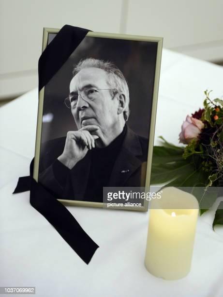 Ein Porträt des verstorbenen Stuttgarter Alt-Oberbürgermeisters Manfred Rommel steht am in Stuttgart im Rathaus mit einem Trauerflor auf einem Tisch....