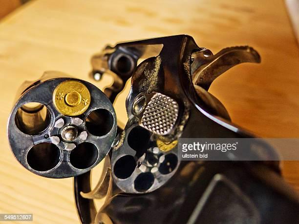 Ein Revolver mit einer einzigen Patrone Symbolfoto für russisches Roulette