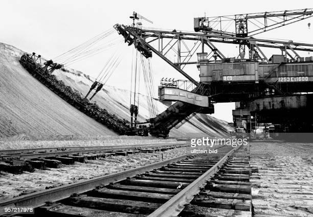 Ein riesiger Abraumbagger legt im Tagebau Jänschwalde im Bezirk Cottbus die Kohleschicht frei, aufgenommen 1980. Damit wird das benachbarte Kraftwerk...