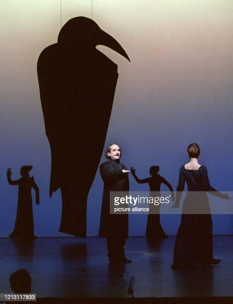 Ein riesiger schwarzer Rabe hängt in der gleichnamigen Szene Unheil verkündend über dem Schauspieler Christoph Banzer , aufgenommen bei der Fotoprobe...