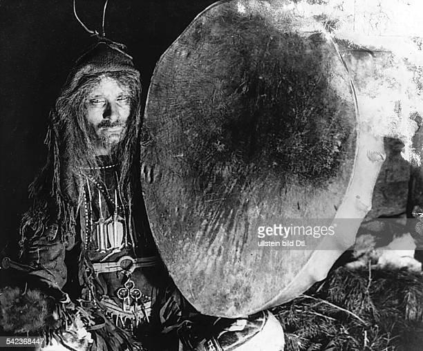Ein Schamane der Mordwinen mit seinerTrommel1932