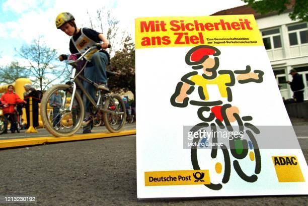 """Ein Schüler der Brüder-Grimm-Schule in Hanau übt am 24. April 1998 auf dem Schulhof das Geschicklichkeitsfahren mit dem Fahrrad. Unter dem Motto """"Mit..."""