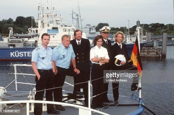 Ein Segelboot fischt einen unbekannten Matrosen ohne Papiere aus der Ostsee und übergibt ihn der Küstenwache. Foto vlnr.: Die Besatzung der...