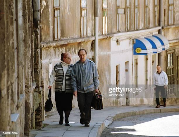 Ein Seniorenpaar in der Altstadt von Vilnius