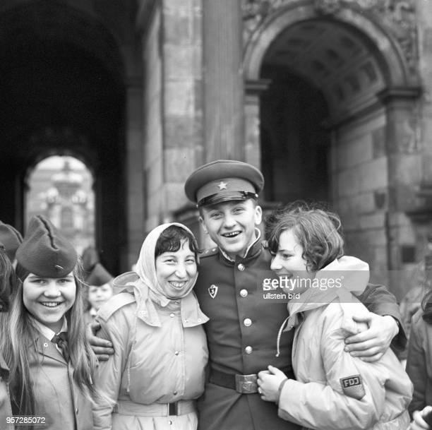 Ein Sowjetsoldat posiert mit FDJ-Mitgliedern und Pionieren während des Deutsch-Sowjetischen Jugendfestivals vor dem Zwinger in Dresden, aufgenommen...