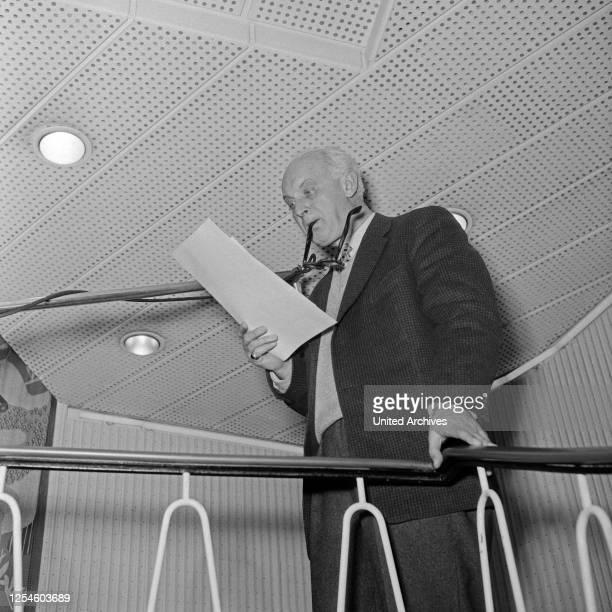 Ein Sprecher einer NDR Hörspielproduktion geht seinen Text durch, Deutschland 1950er Jahre.