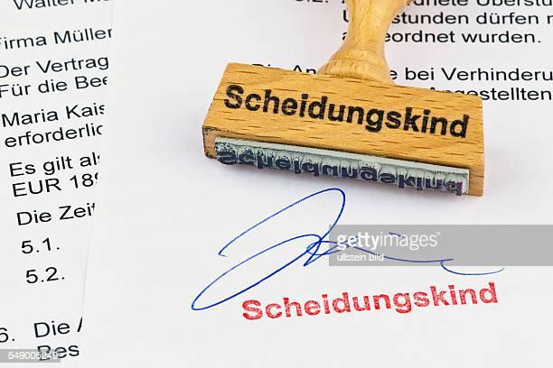 Ein Stempel aus Holz liegt auf einem Dokument Aufschrift Scheidungskind