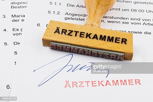 Ein Stempel aus Holz liegt auf einem Dokument Deutsche Aufschrift Ärztekammer
