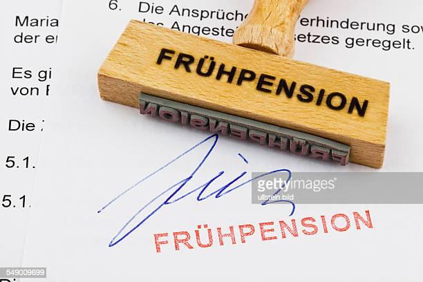 Ein Stempel aus Holz liegt auf einem Dokument Deutsche Aufschrift Frühpension