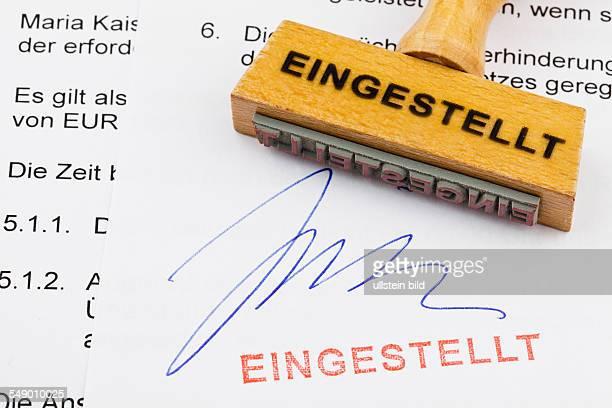 Ein Stempel aus Holz liegt auf einem Dokument Deutsche Aufschrift eingestellt