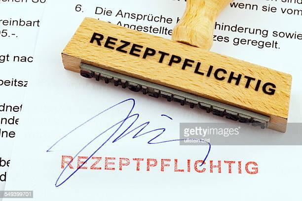 Ein Stempel aus Holz liegt auf einem Dokument Deutsche Aufschrift Rezeptpflichtig
