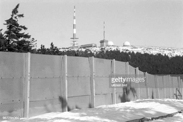 Ein Streckmetallzaun der einstigen innerdeutschen Grenze vor dem Gipfel des Brocken im Harz aufgenommen im Februar 1993 Auch Jahre nach der deutschen...