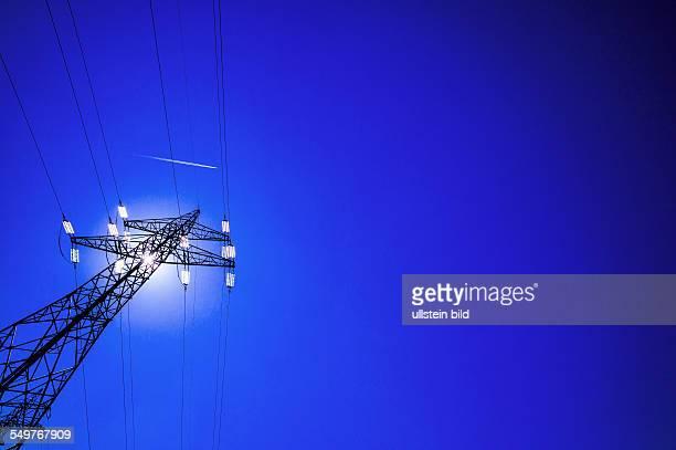 Ein Strommasten zur Energie Versorgung zwischen Kraftwerk und Stromverbraucher