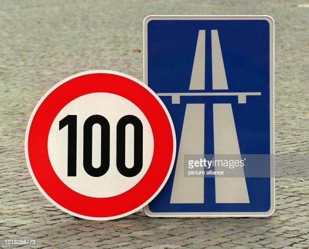 Ein Tempo 100Schild und ein AutobahnSchild aufgenommen am 671998 in Hamburg Führende GrünenPolitiker haben die Forderung nach einem Tempolimit von...