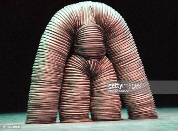 Ein Tänzer in Ganzkörpermaske tritt am bei einer Pressevorführung des Maskentheaters Mummenschanz im Deutschen Theater in München auf Mit ihrem...