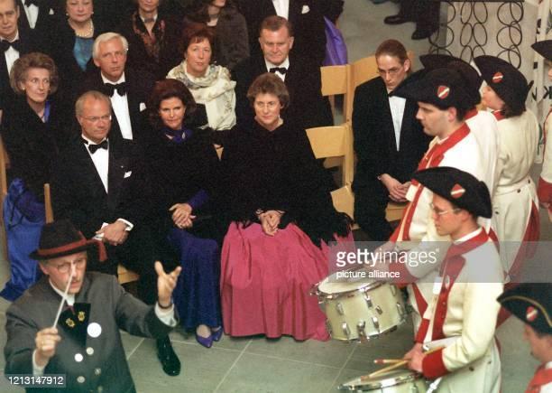 Ein traditioneller Musikzug zieht am 851999 in der Kirche St Marien auf der Insel Mainau im Bodensee am schwedischen Königspaar Carl Gustaf und...