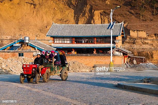 ein Traktor faehrt durch Zhongdian