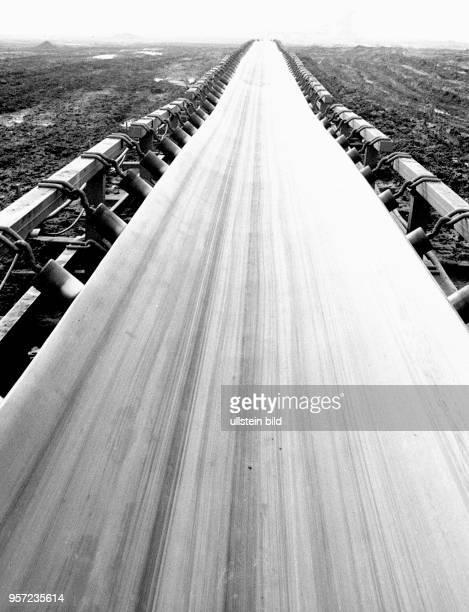 Ein Transportband im Tagebau Jänschwalde im Bezirk Cottbus, aufgenommen 1980. Damit wird das benachbarte Kraftwerk beliefert. Es wurde zwischen 1976...
