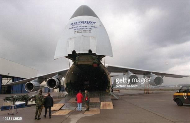 Ein Transportflugzeug vom Typ Antonow 124100 wird am 532000 auf dem Flughafen Köln/Bonn beladen Die Bundesrepublik mietete einen dieser...
