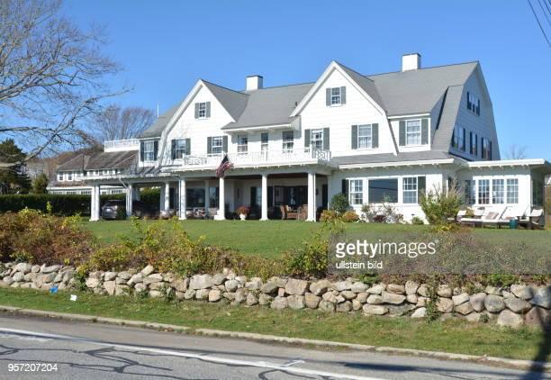 Ein typisches Anwesen mit weißer Fassade in Chatham auf der Halbinsel Cape Cod Auch im Herbst ist Halbinsel Cape Cod beliebtes Reiseziel in USA Nur 4...