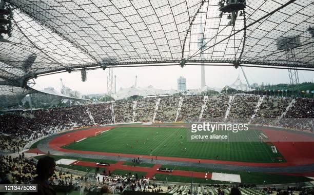Ein Vierteljahr vor Beginn der XX Olympischen Sommerspiele wird am das mit einer kühnen Zeltdachkonstruktion ausgestattete Olympiastadion von München...