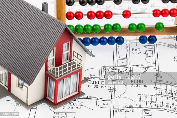 Ein Wohnhaus steht auf einem Bauplan Symbolfoto für Bausparen und Finanzierung