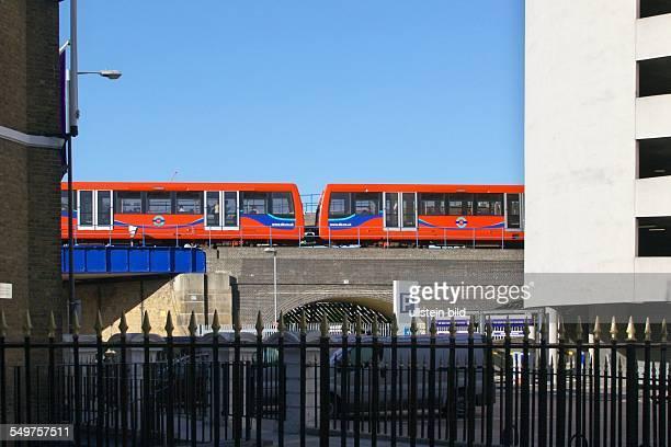 Ein Zug der 'Docklands Light Railway' auf einem Viadukt bei Canary Wharf Die DLRZüge fahren ferngesteuert ohne Fahrer als Hochbahn und Untergrundbahn...