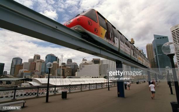 """Ein Zug der """"Monorail""""-Hochbahn im australischen Sydney fährt über die Pyrmont Bridge im Darling Harbour. Die Hochbahn verbindet auf einem Rundkrus..."""