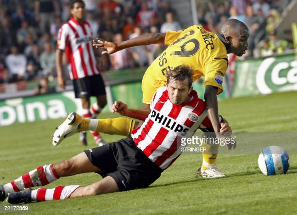 Phillip Cocu of PSV Eindhoven fights for the ball against Sekou Cisse of Roda JC during their Dutch league match in Eindhoven 15 October 2006 AFP...